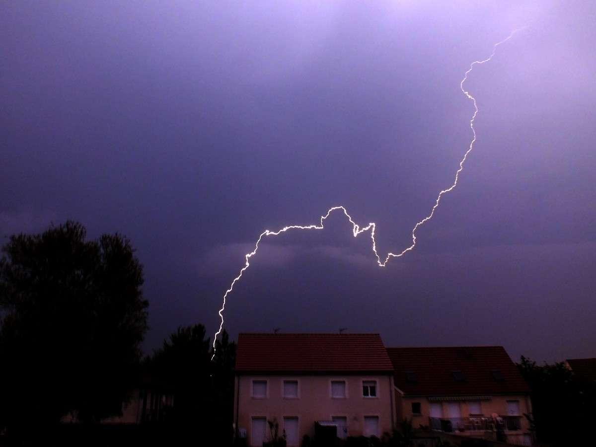 Un éclair déchire la nuit, en Bourgogne. Partout où le tonnerre associé se fera entendre, l'indice kéraunique augmentera de 1, si ce n'est déjà fait : un seul coup de tonnerre est pris en compte pour une journée. © Jean-Baptiste Feldmann