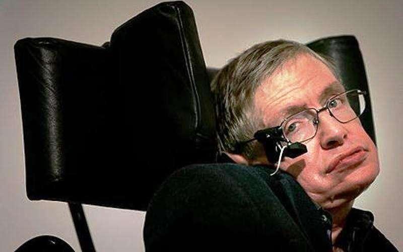 Stephen Hawking avec l'appareil lui permettant de communiquer avec un ordinateur. © DAMTP University of Cambridge