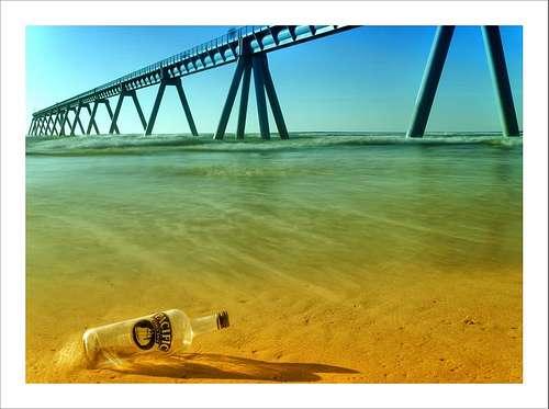 Une bouteille abandonnée sur une plage. Sans l'intervention du photographe, elle n'aurait pas été recyclée. © Arnaud Bertrande / Photographie CC by-nc-sa 2.0