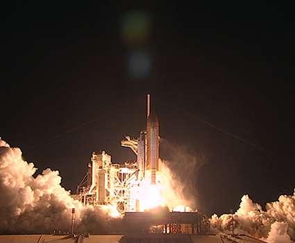 La navette Discovery s'envole pour sa 38e mission, la 33e d'une navette vers la Station spatiale internationale, le 5 avril 2010 à 10 h 21 TU (temps universel), pour la mission STS-131. Crédit Nasa