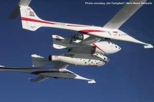 Le Spaceship 1 emporté par avion porteur, le White Knight, le 29 septembre 2004, au-dessus du désert de Mojave, en Californie. Le principe, imaginé par Burt Rutan et mis en œuvre par Scaled Composite, restera inchangé dans la version commerciale.