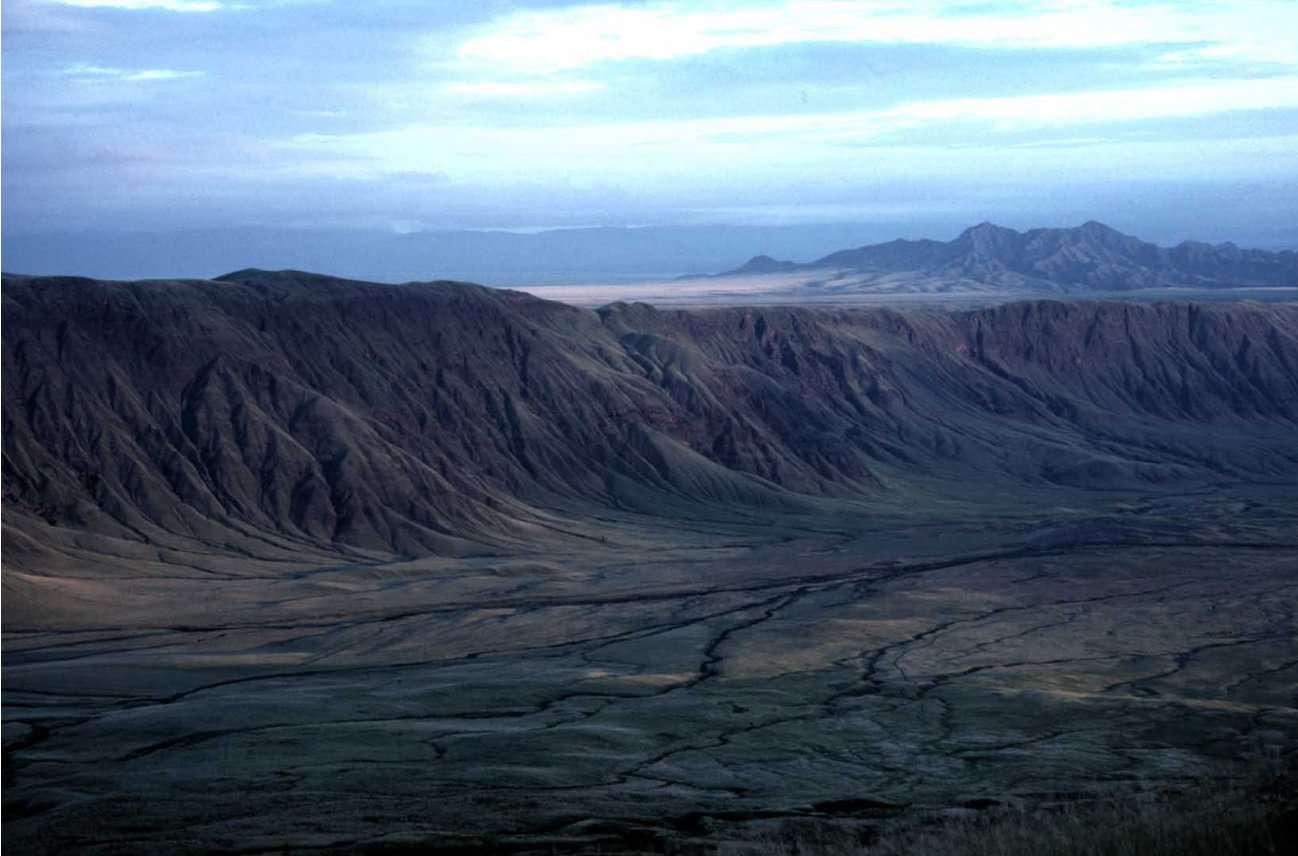 Nous ne sommes pas sur Mars. Il est cinq heures du matin, heure locale de Tanzanie. Le soleil se lève sur l'étrange volcan Ol Doinyo sur la Rift Valley. © Jacques-Marie Bardintzeff
