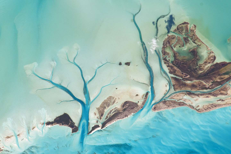 Canaux de sédiments découlant de la marée à Sandy Cay, le long des côtes de Long Island aux Bahamas. © Nasa/JSC