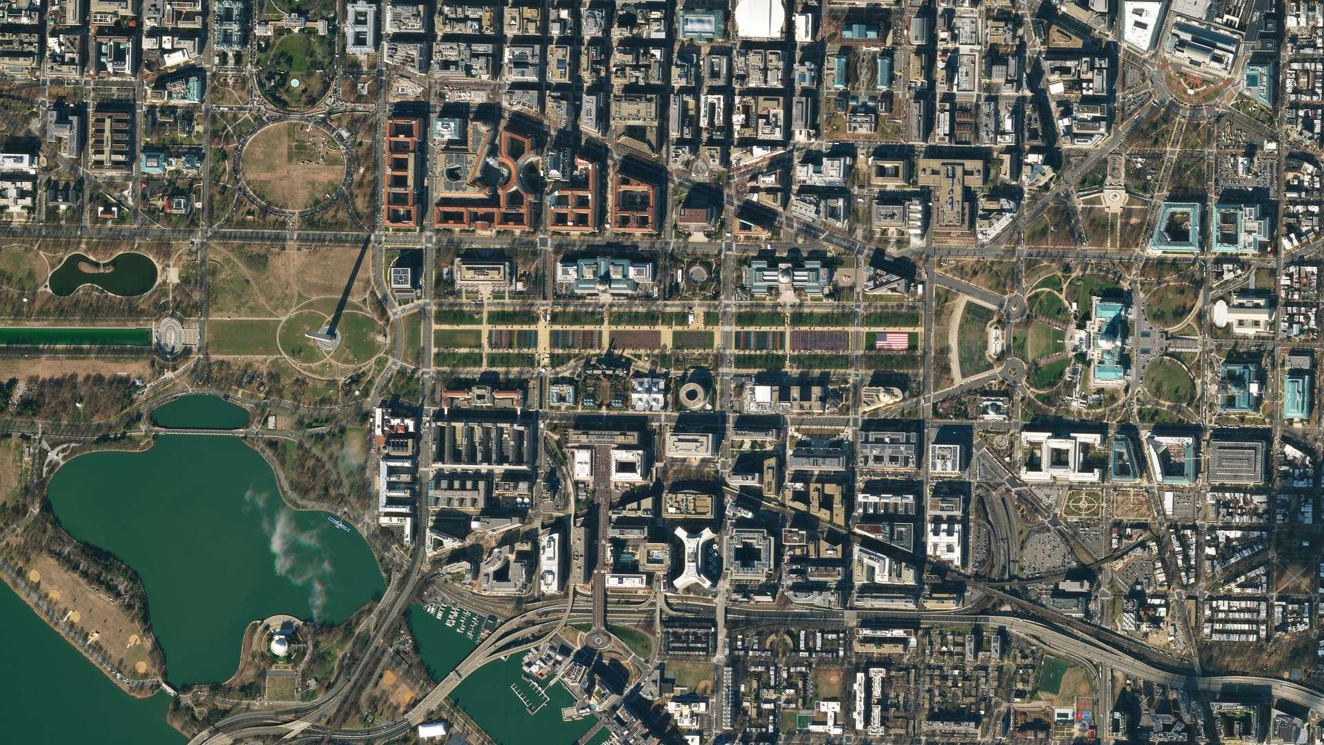 Vu depuis l'espace, le National Mall orné d'un « champ de drapeaux » pour la 59e cérémonie d'investiture présidentielle des États-Unis. © 2021 Planet Labs, Inc.