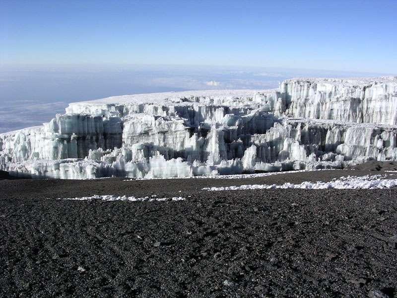 Le sommet du Kilimandjaro est recouvert par une calotte glaciaire, dont le retrait s'accélère depuis le début du XXe siècle. © Yosemite, Wikipédia, GNU 1.2