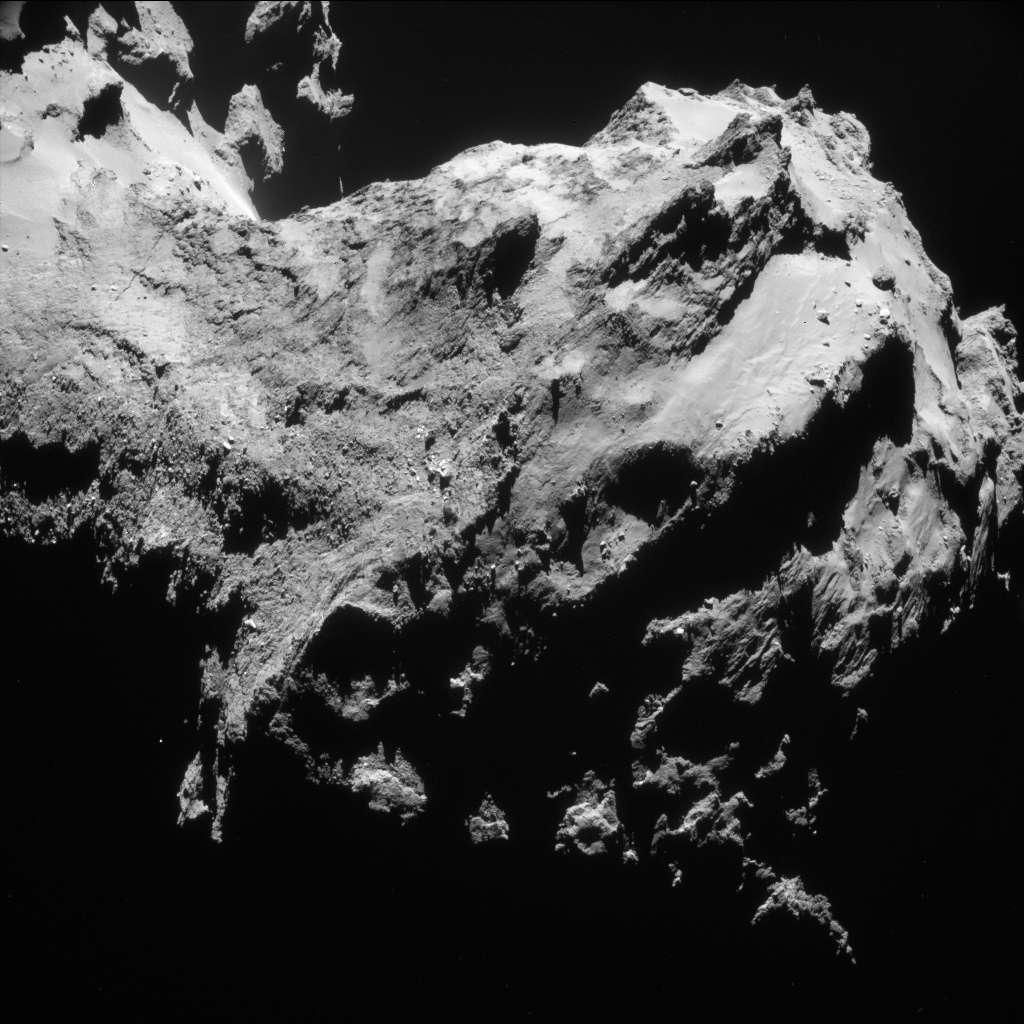 Image prise par Rosetta le 19 septembre 2014 à 28,3 km du centre du noyau de Tchouri. La fissure visible en haut à gauche se situe sur le « cou » de la comète, dans la région nommée Hapi. À droite on aperçoit le petit lobe. Image encore jamais publiée extraite du portfolio de l'Esa « Year at a comet » (« une année autour d'une comète ») © Esa, Rosetta, Navcam – CC BY-SA IGO 3.0