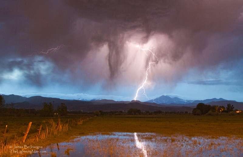 La foudre est une décharge électrostatique disruptive qui peut atteindre 100 millions de volts. © Striking Photography by Bo Insogna