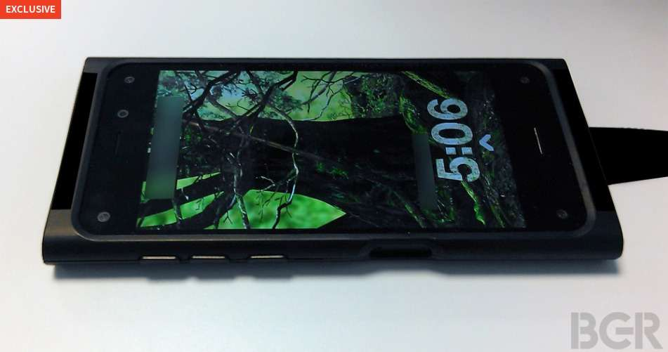 Le prototype du futur smartphone 3D d'Amazon, selon le site Boy Genius Report. Aux coins de l'écran, quatre caméras infrarouge serviraient à suivre les mouvements de la tête et des yeux de l'utilisateur. Synchronisées avec les capteurs, elles permettraient à certains éléments de l'interface d'apparaître en relief quand l'appareil est bougé. Amazon espérerait mettre ainsi en valeur certains produits vendus sur son site. © Boy Genius Report