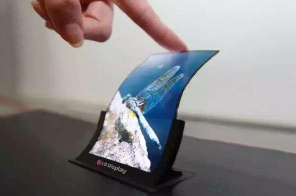 En 2013, le coréen LG a présenté un écran Oled flexible de 5 pouces. Malgré la maîtrise technologique, la sortie d'un produit grand public se fait toujours attendre. © LG Display