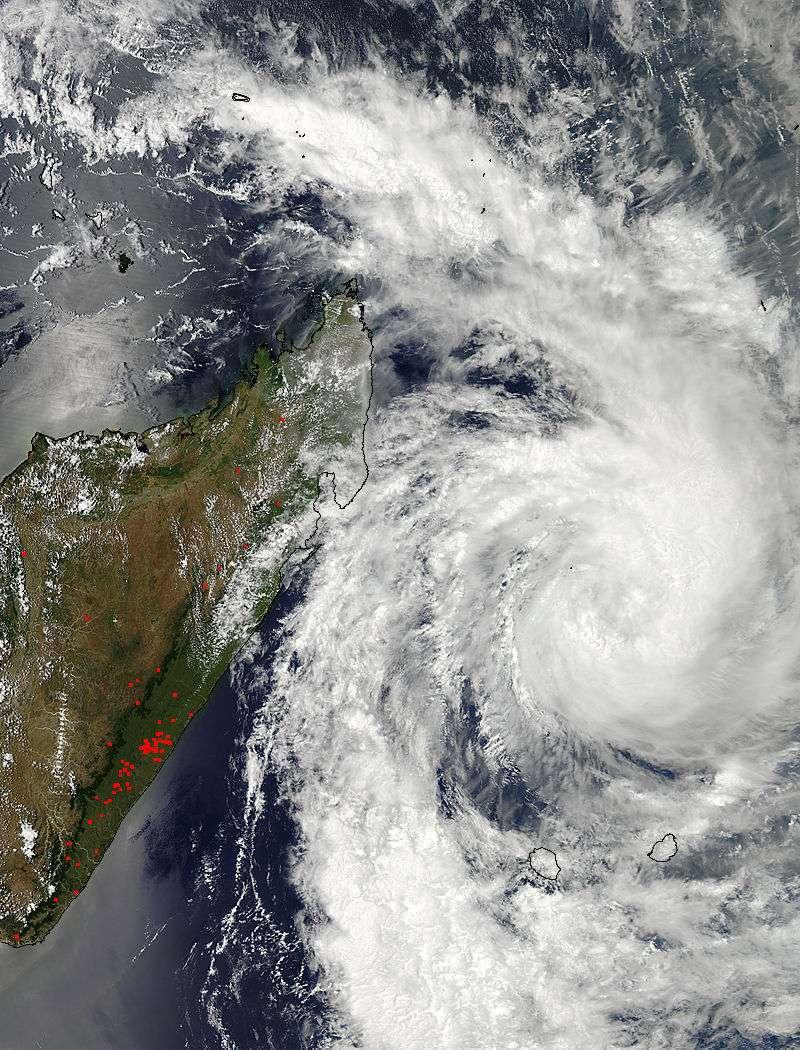 L'instrument Modis de la Nasa à bord du satellite Aqua montre le cyclone Dumile le 2 janvier à 11 h 35 heure française. En rouge, les zones d'orages intenses. © Nasa Goddard Space Flight Center, Modis Rapid Response Team