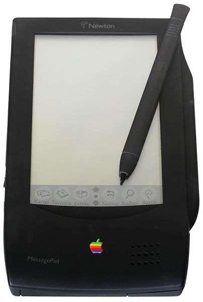 Le Newton MessagePad 100, d'Apple, sorti en 1993, intégrait une reconnaissance optique de caractères, que l'on écrivait sur l'écran tactile à l'aide d'un stylet. © Rama/Musée Bolo