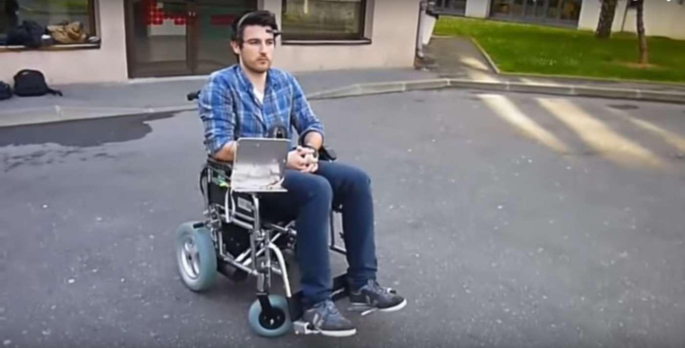 Le système Neuromoov permet de piloter son fauteuil roulant électrique grâce aux ondes cérébrales, avec un casque EEG. © Équipe Neuromoov, ESME Sudria, capture d'écran You Tube