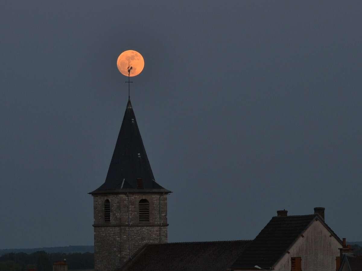 Choisissez judicieusement votre premier plan pour rendre original le lever de la plus grosse Pleine Lune de l'année 2012. © Jean-Baptiste Feldmann