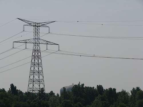 La très haute tension concerne les tensions supérieures à 100.000 volts. © JaHoVil, CC BY-NC-SA 2.0, Flickr