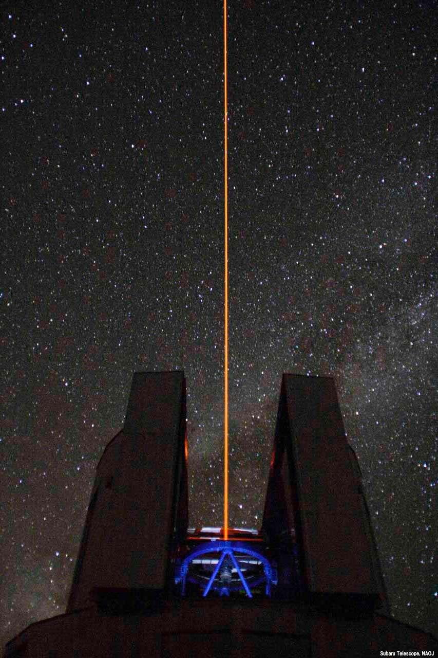 Le télescope japonais Subaru, installé sur le Mauna Kea, à Hawaï, lors d'un test du laser servant à l'optique adaptative, en octobre 2006. Dans le ciel, on devine la Voie lactée. © NAOJ