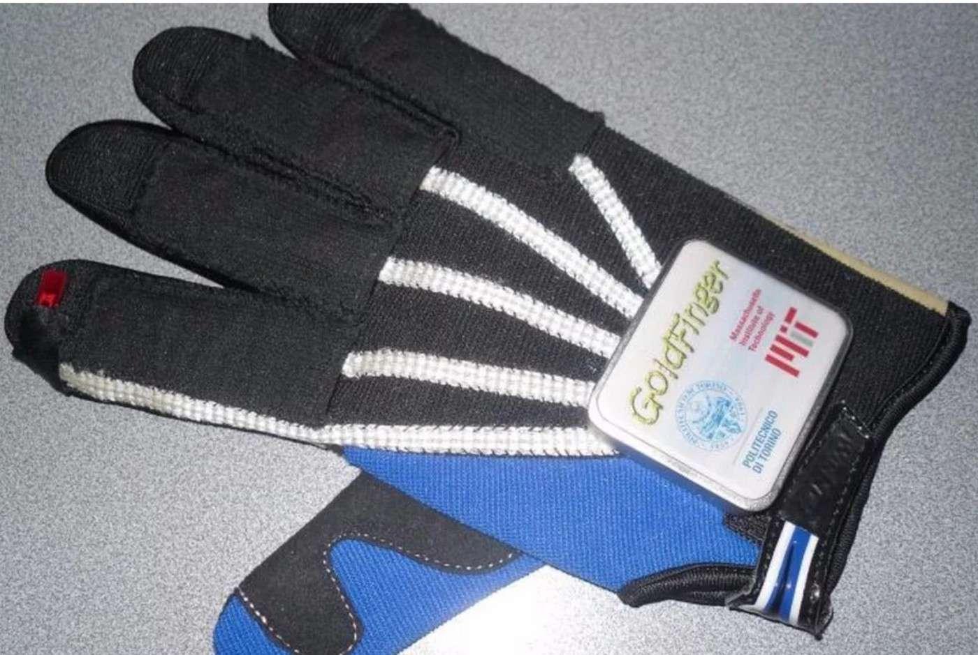 Ce gant d'apparence banale est en fait bardé d'électronique. Grâce à des transducteurs piézoélectriques intégrés dans le tissu au niveau des doigts, les mouvements alimentent la batterie, libérant le système de câbles gênants. © Politecnico di Torino, MIT