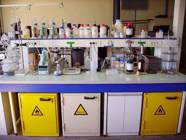 La technique du titrage permet de déterminer la concentration d'une espèce chimique. © Jean-Pierre, Flickr, CC by-sa 2.0