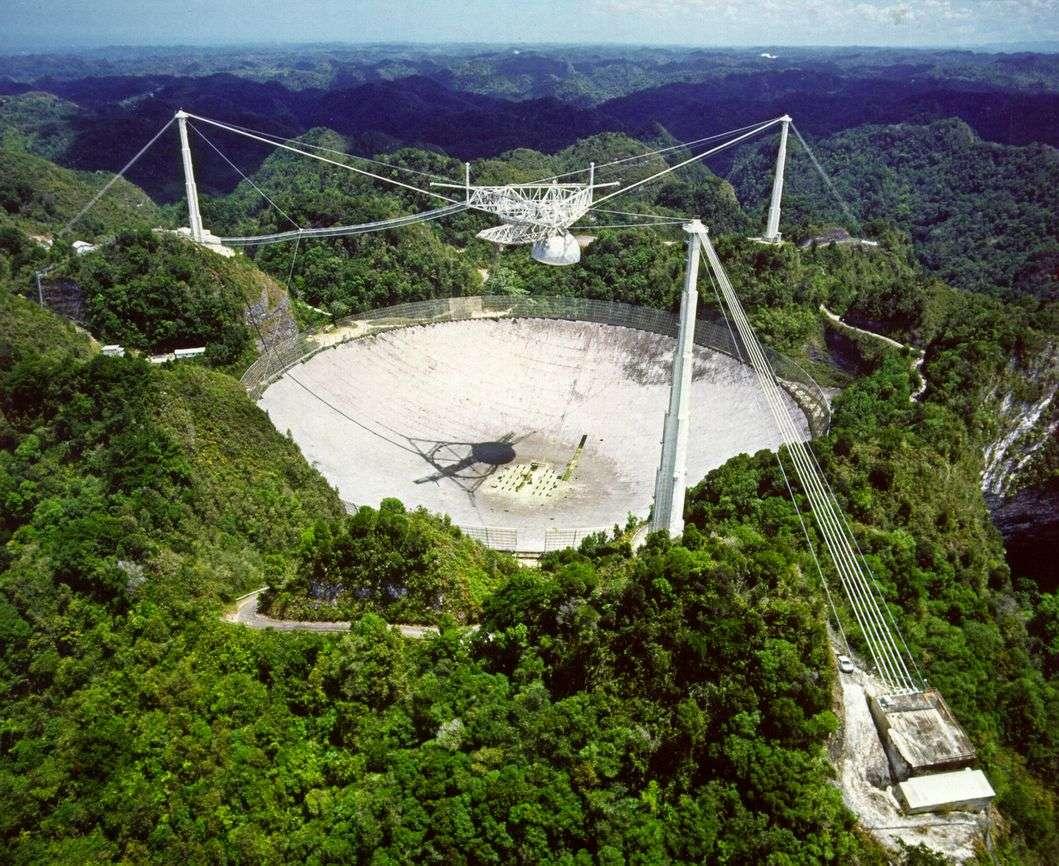On observe des pulsars depuis longtemps avec le radiotélescope géant d'Arecibo ici sur cette photo. Crédit : Université de Durham