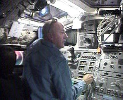 Alan Poindexter, pilote, manœuvre Atlantis pour l'éloigner de l'ISS. © NasaTV