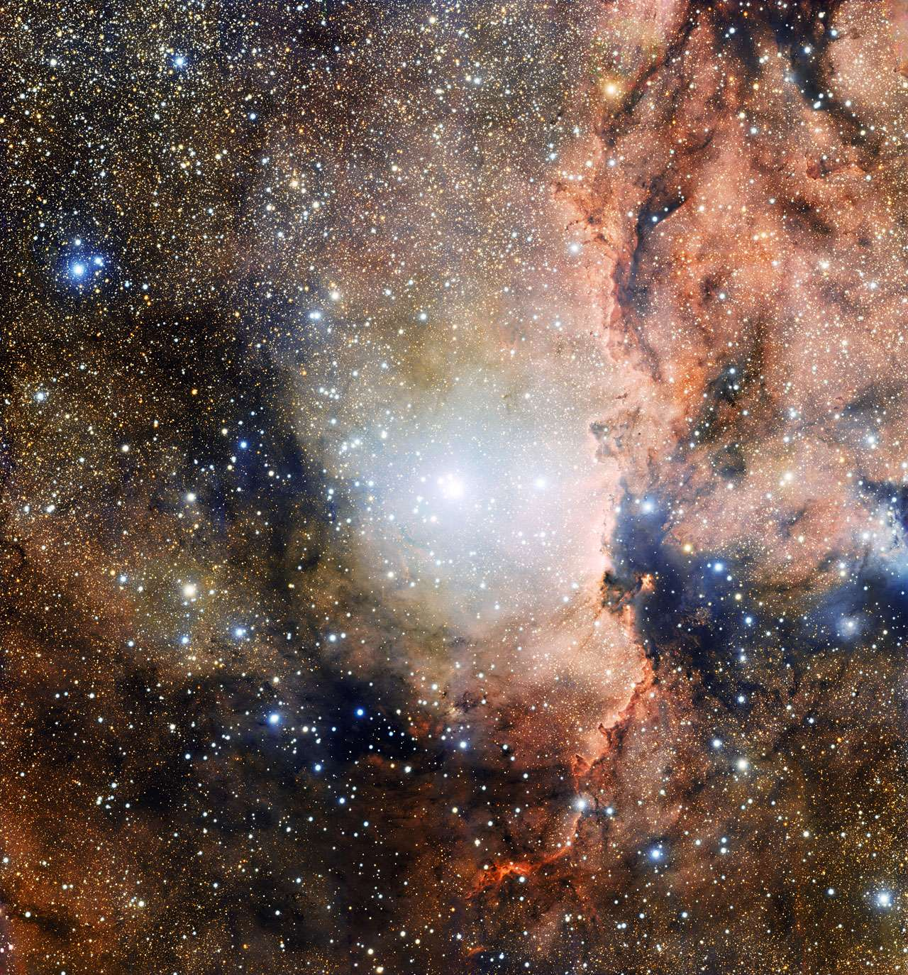 On découvre sur cette image acquise avec la caméra OmegaCam du VST, une partie de l'association stellaire Ara OB1. Au centre, figure le jeune amas ouvert NGC 6193 et dans la partie droite, on reconnait la nébuleuse en émission NGC 6188, illuminée par le rayonnement ionisant émis par les étoiles les plus brillantes qui se situent à proximité. Téléchargez l'image en haute résolution ici. © Eso