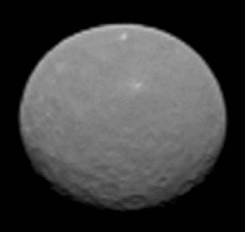 Voici Cérès comme on ne l'avait jamais vue auparavant. La sonde spatiale Dawn a photographié la planète naine (950 km de diamètre), le 4 février 2015 à seulement 145.000 km de sa surface. La résolution est de 14 km/pixel. Cliquez ici pour voir l'animation. © Nasa, JPL-Caltech, Ucla, MPS, DLR, IDA