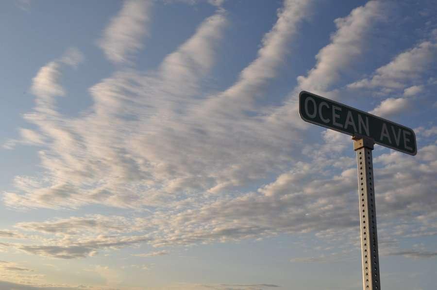 Les aérosols émis par les océans sont pris dans la circulation atmosphérique. En fonction de l'humidité de l'air, ils peuvent servir de noyaux de condensation pour les gouttelettes d'eau et servent donc de base de formation des nuages. © Barabuski, cc by 3.0