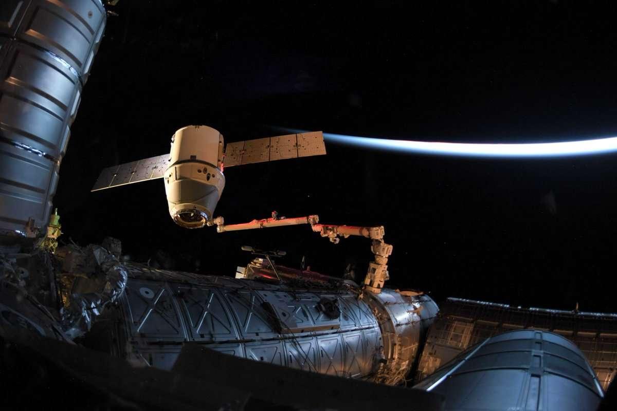 Le vaisseau cargo Dragon le 3 juin 2019 encore attaché à la Station spatiale internationale (ISS) grâce au bras robotique Canadarm2, juste avant son retour imminent sur Terre. © @Astro_DavidS