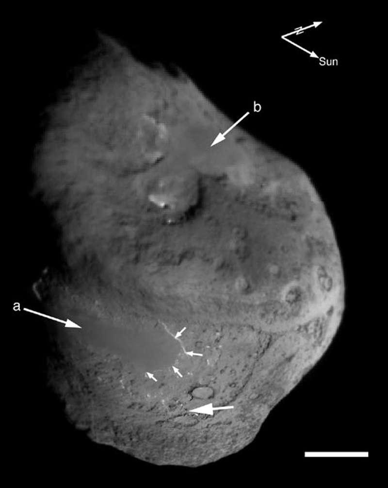 La sonde Deep Impact a prise cette image de la surface de la comète Tempel 1. On remarque des zones bizarrement lisses, peut-être des traçes de fusion récente de la surface de la comète (flèches a et b). En haut à droite les deux flèches indiquent la direction du Soleil et le nord de la comète. Crédit : Nasa/UM M. F. A'Hearn et al., Science 310, 258 (2005)