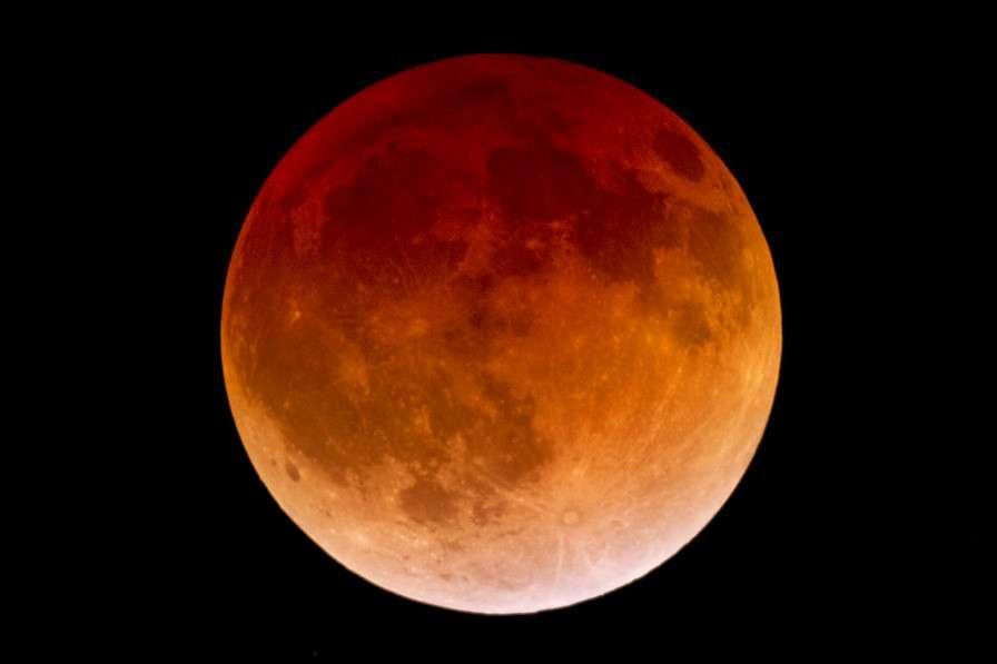 Le buzz du mois : une superbe éclipse totale de super Lune, un duo rarissime ce 28 septembre. Notre satellite, au plus près de la Terre, a traversé son ombre, se parant de teintes rousses, voire sépia. © Kevin Jung