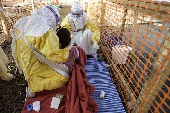 Dans le centre de soins de MSF pour les malades d'Ébola de Kailahun, en Sierra Leone, les patients sont amenés dans cette zone à haut risque de contamination. © Sylvain Cherkaoui/Cosmos
