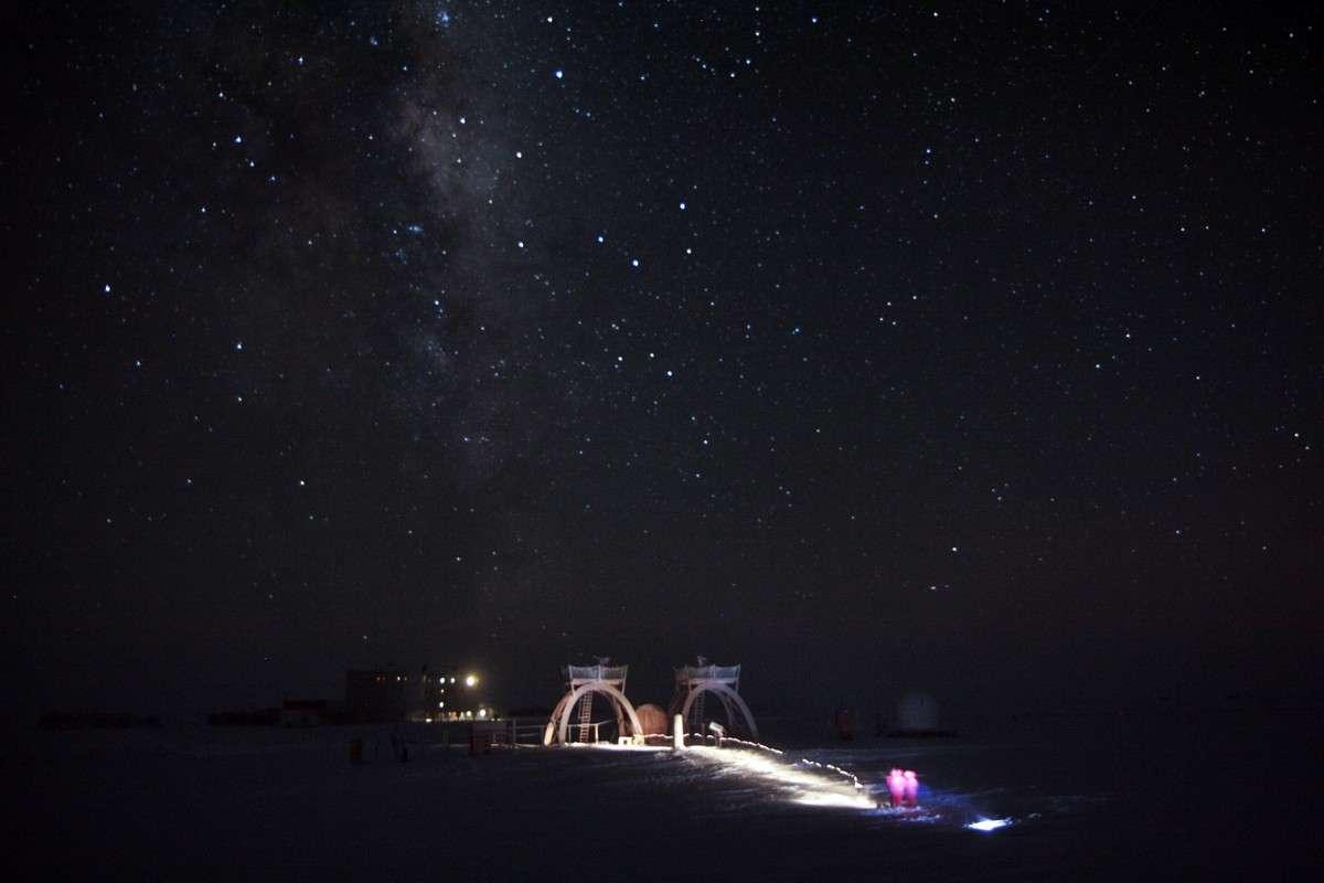 La longue nuit polaire permet aux astronomes en hivernage à la station Concordia d'y réaliser des observations sous un ciel d'une très grande qualité. © Esa, Ipev, PNRA