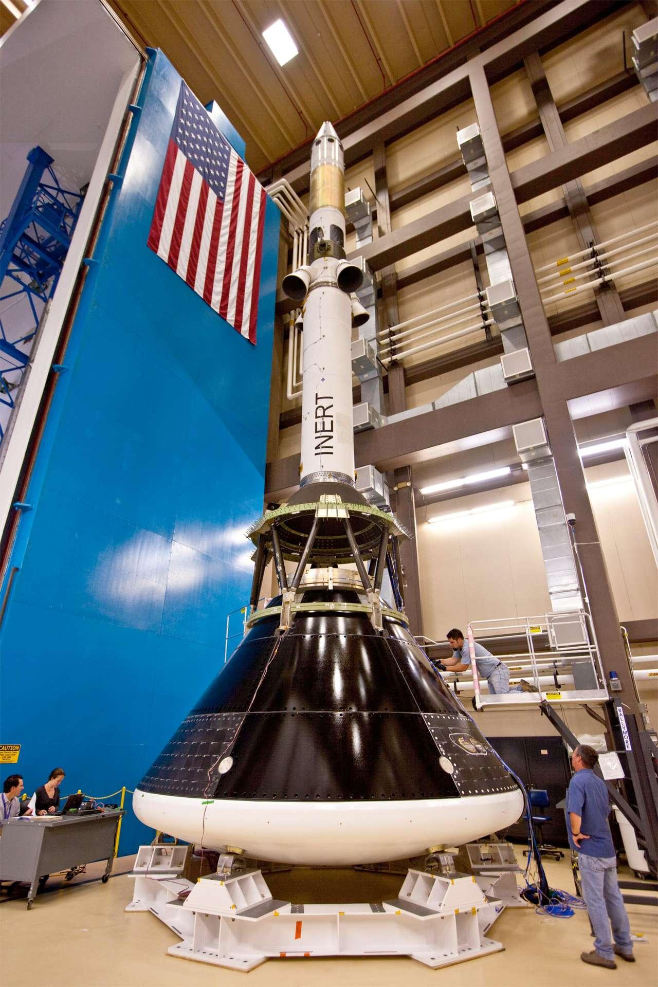 Première photo montrant la capsule Orion MPCV avec sa tour de sauvetage (LAS, Launch Abort System), l'ensemble étant préparé pour des essais acoustiques et vibratoires. © Lockheed Martin