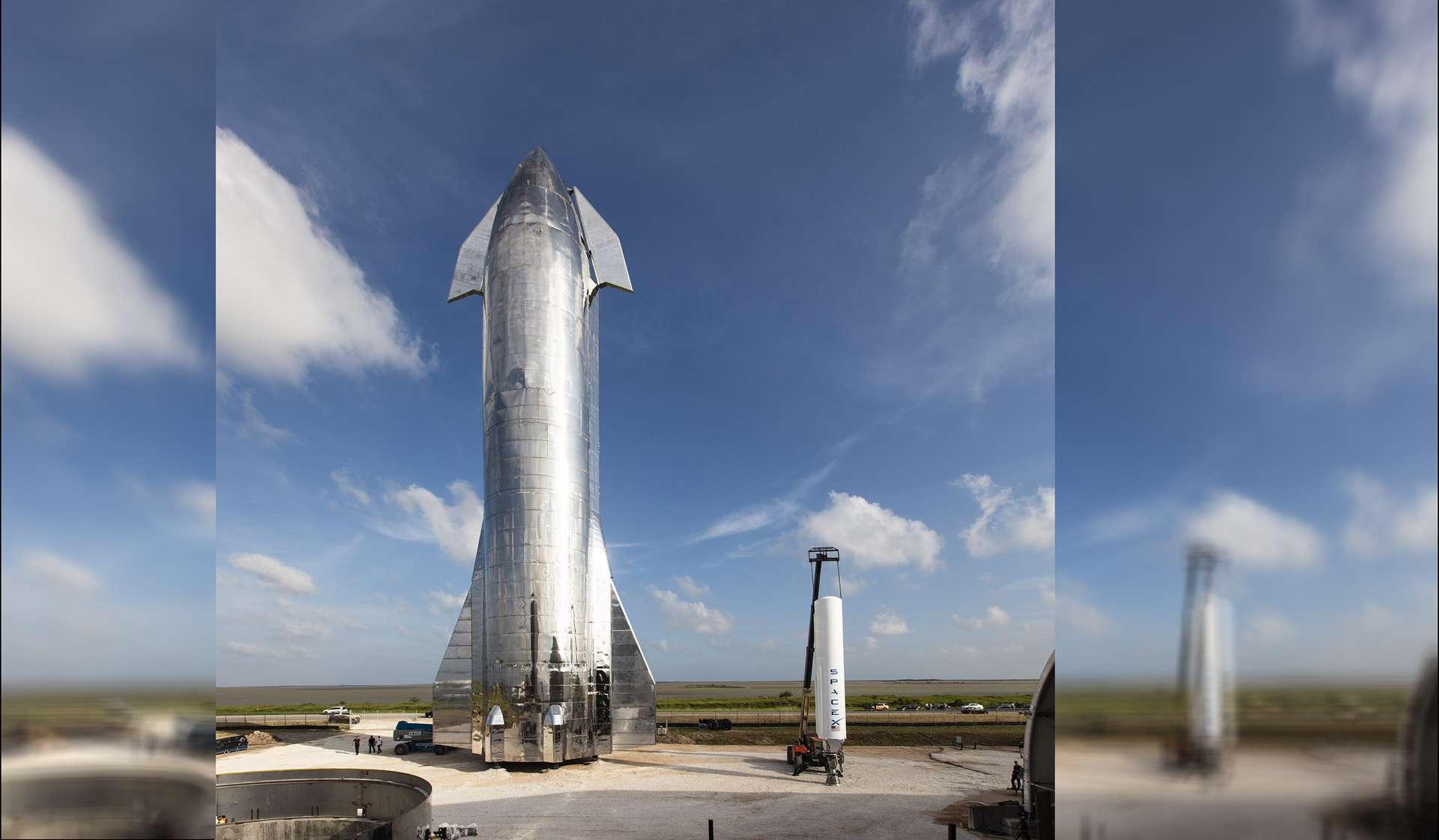 À Boca Chica, le Mk1, un des deux prototypes du Starship, trône à côté de l'étage principal du Falcon 9. © SpaceX, E. Musk