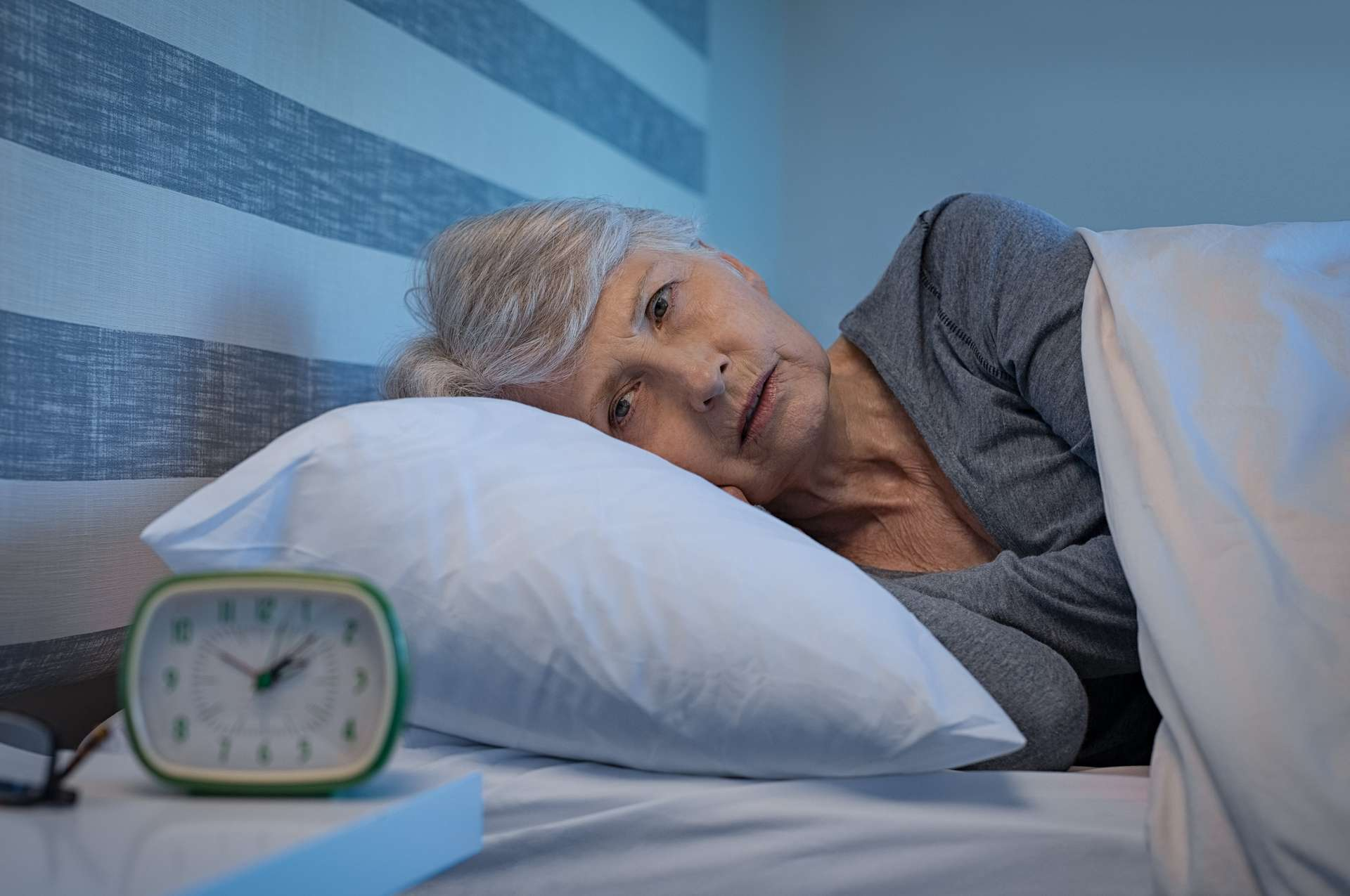Pour mieux dormir, les chercheurs conseillent de se coucher à la même heure tous les jours, de s'exposer à la lumière du jour durant la matinée, d'éviter les stimulants comme la caféine ou l'alcool le soir, ainsi que de couper les écrans une heure avant d'aller se coucher. Ils rappellent aussi qu'il existe une thérapie cognitivo-comportementale contre l'insomnie, sur laquelle votre médecin peut vous renseigner. © Rido, Adobe Stock