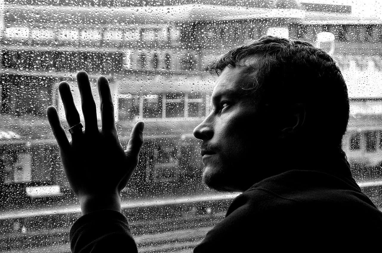 Malgré les plus de sept milliards d'humains, il arrive qu'on se sente seul. Et au-delà de 50 ans, ce sentiment augmente les risques d'engendrer de nombreuses complications de santé ! © PublicDomainPictures, pixabay.com, DP