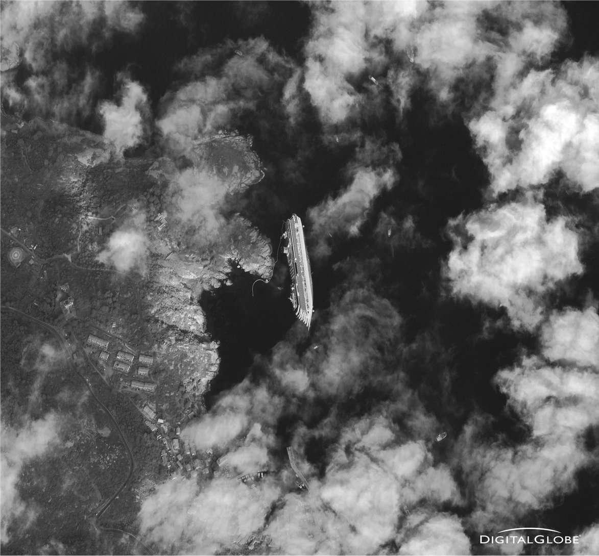 Le 17 janvier 2012, le satellite WorldWiew-1 a pris cette image du Costa-Concordia, échoué sur la côte de l'île de Giglio. Le satellite opère depuis 496 km d'altitude et fournit des photographies dont la résolution est de 50 cm. © Digital Globe