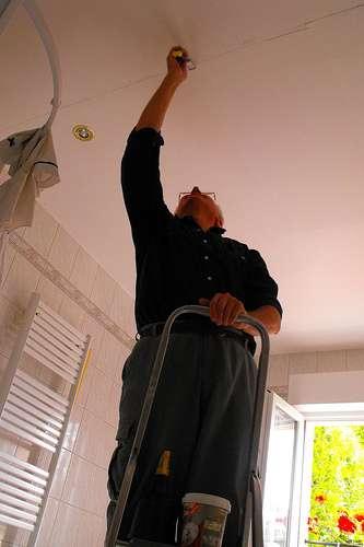 Avant de poncer un plafond, il faut effectuer sa préparation. © Pierre Marcel, Flickr, CC BY-NC-ND 2.0