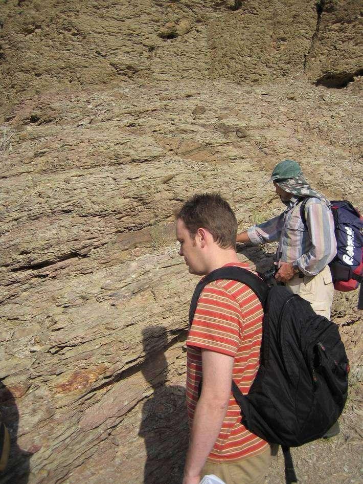 Examen de strates par Gordon Love dans le nord d'Oman. Crédit David Fike, Caltech