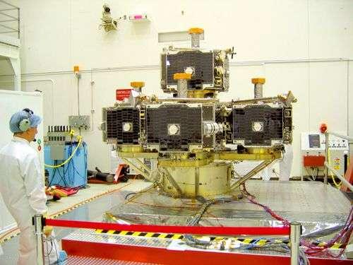 Les cinq satellites Themis intégrés en cours de tests de vibrations en vue du lancement. Crédit Nasa