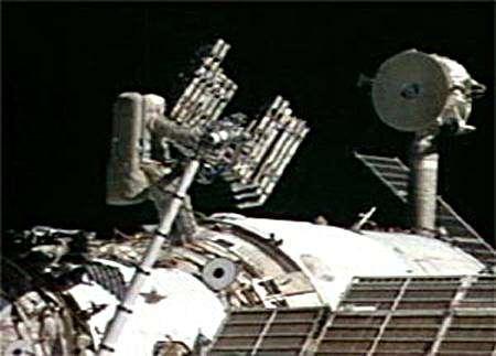 Le cosmonaute russe Oleg Kotov déploie un ensemble de panneaux de protection qui seront posés sur la Station Spatiale Internationale. Nasa-TV.