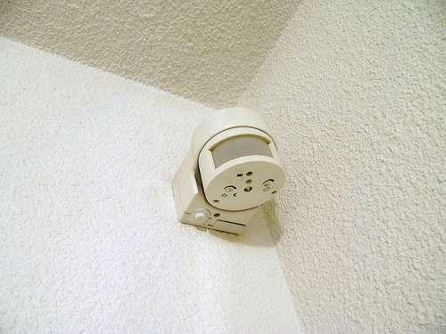 Le détecteur de mouvement s'intègre à un système de protection. © Zigazou76, CC BY 2.0, Flickr