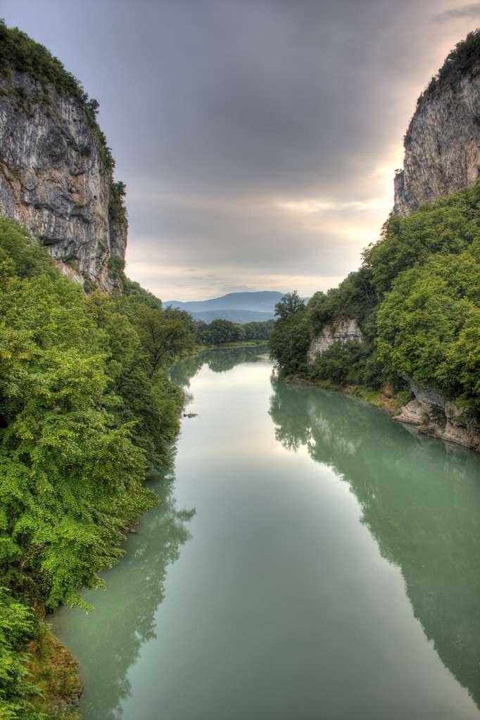 Le Rhône est une ressource indéniable pour de multiples usages : navigation, production énergétique, irrigation, industries, eau potable. © Eric Magnuson, Flickr, cc by nc sa 2.0