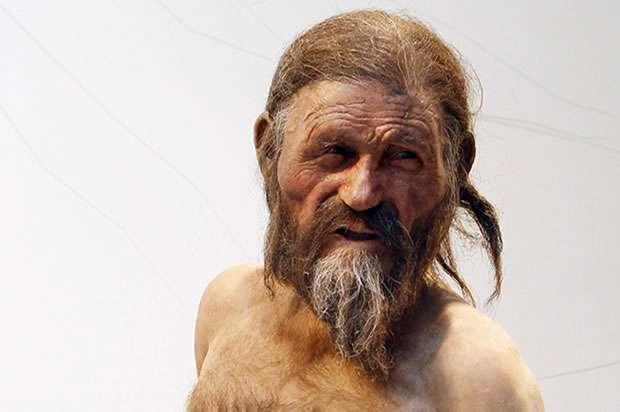 Ötzi, momifié naturellement dans la glace, a vécu il y a environ 4.500 ans et portait avec lui, outre ses vêtements, des outils, un arc et des flèches, tous très bien conservés. Des traces de sang appartenant à quatre individus différents ont été trouvées sur lui. Bref, une magnifique énigme scientifique pour les enquêteurs d'aujourd'hui. © DR