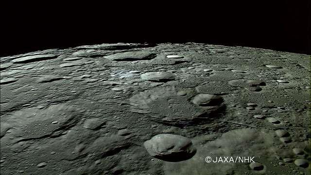 Image du survol de la Lune par la sonde japonaise Kaguya. Crédit Jaxa