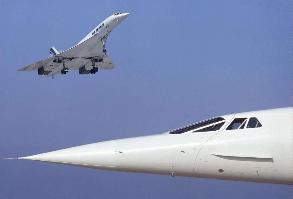 Un Concorde d'Air France au décollage, et, au premier plan, le nez d'un autre appareil, en position relevée, c'est-à-dire la configuration croisière. © Ph. Delafosse