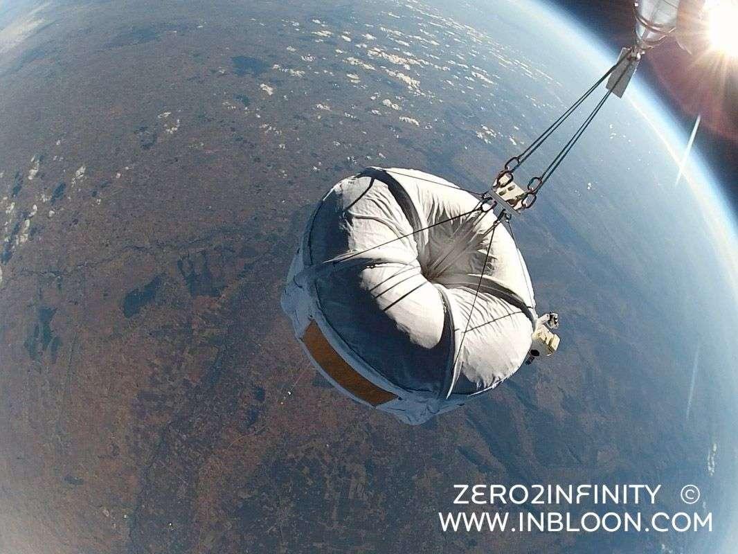 Le vol d'essai d'un modèle réduit (2 m de diamètre) de la capsule du projet Bloon de Zero2infinity réalisé en novembre 2012. Une belle vue sur la Terre... Ce jour-là, la nacelle a atteint 32 km d'altitude. Le ballon serait-il le futur moyen de transport touristique pour approcher l'espace ? © Zero2infinity