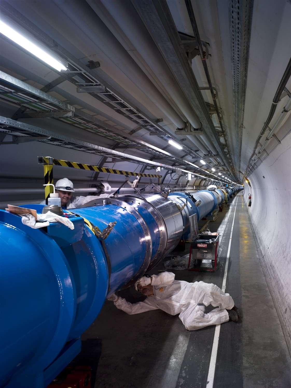 Derniers travaux sur un aimant supraconducteur dans le secteur 6-5 du LHC. Crédit : Cern