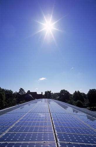 Choisir un panneau photovoltaïque doit se faire en évaluant son rendement. © Living Off Grid, Flickr, CC BY 2.0