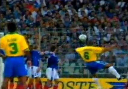 Roberto Carlos vient de frapper le ballon, qui part franchement vers la droite. Sa trajectoire en spirale le conduit à l'extérieur de la lucarne. Mais une balle peut changer de courbe si elle reste en l'air suffisamment longtemps...