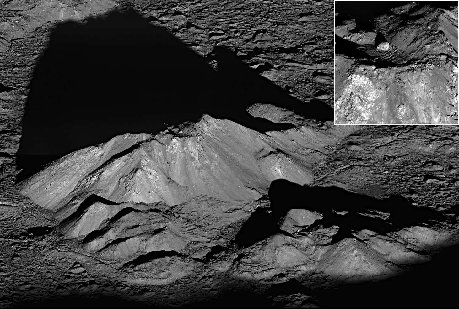Le massif montagneux au centre du cratère lunaire Tycho comme on ne l'avait encore jamais vu. En médaillon gros plan sur le rocher posé au sommet. © Nasa/GSFC/Arizona State University